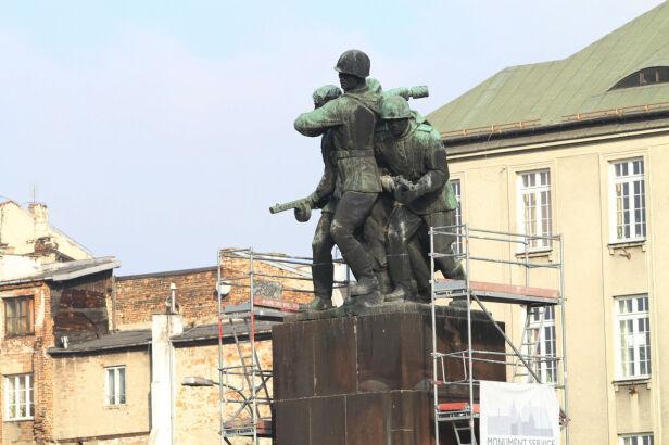Pomnik na razie trafił do konserwatora Maciej Wężyk / tvnwarszawa.pl