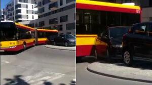 Autobus utknął na rondzie. Bo parkowały tam samochody