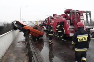 Volkswagen na barierkach zablokował most Gdański