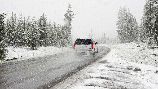 Bezpieczna jazda zimą. <br />Zdjąć nogę z gazu i nie panikować