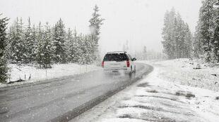 Bezpieczna jazda zimą. Zdjąć nogę z gazu i nie panikować
